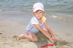 Mädchen nahe Wasser lizenzfreies stockbild