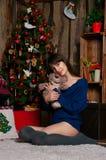 Mädchen nahe Weihnachtsbaum Stockbild