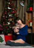 Mädchen nahe Weihnachtsbaum stockfotos