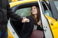 Mädchen nimmt dem Mann Hand stockfotografie