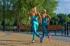 Mädchen nimmt an Eignung an den Sportplätzen teil stockfotos