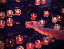 Mädchen nimmt eine Kerze in der Kirche während der heiligen Masse mit vint stockbilder