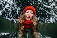 Mädchen nimmt lustiges Winter selfie Lizenzfreie Stockfotos