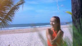 Mädchen nimmt Süßwasser-Dusche auf Sand-Strand-Abschluss-Ansicht stock video