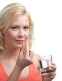 Mädchen nimmt Vitamine Stockbild