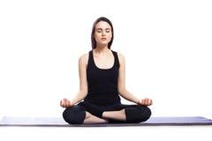 Mädchen nimmt an Yoga auf einem weißen Hintergrund, Konzept der Gesundheit teil Lizenzfreies Stockbild