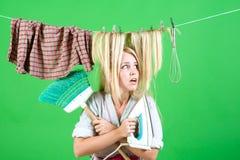 Mädchen- oder Hausfrausorgfalt über Haus Mehrprozeßmutter Ausführung von verschiedenen Haushalts-Aufgaben Weinlesehaushälterinfra stockfoto