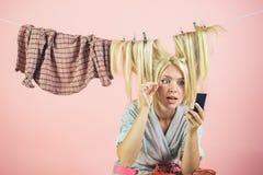 Mädchen- oder Hausfrausorgfalt über Haus Mehrprozeßmutter Ausführung von verschiedenen Haushalts-Aufgaben emotionale Retro- Hausf stockfoto