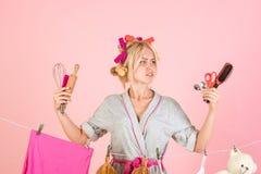 Mädchen- oder Hausfrausorgfalt über Haus Weinlesehaushälterinfrau Mehrprozeßmutter Ausführung von verschiedenen Haushalts-Aufgabe stockfotografie