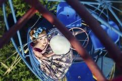 Mädchen ot das Karussell mit Zuckerwatte stockfoto