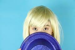 Mädchen-Partei, blonde Frau, die blauen Funkelnparteihut trägt Lizenzfreie Stockbilder