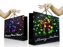 Mädchen pflücken herauf die Feiertags-Einkaufstasche mit der Hand Stockfoto