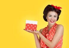 Mädchen Pin p, das eine Geschenkbox hält Lizenzfreie Stockfotos