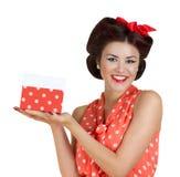 Mädchen Pin p, das eine Geschenkbox hält Stockfotos