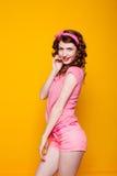 Mädchen pinup-ähnlich in einem rosa Kleid lizenzfreie stockbilder