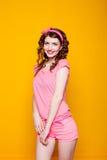 Mädchen pinup-ähnlich in einem rosa Kleid stockfotografie