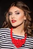 Mädchen Pinup-Modearten auf schwarzem Hintergrund Lizenzfreie Stockfotos