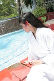 Mädchen am Pool Lizenzfreies Stockfoto