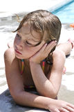 Mädchen am Pool/an der Aufstellung stockbilder