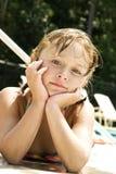 Mädchen am Pool/an der Aufstellung stockfoto