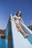 Mädchen-Pool-Dia glücklich Lizenzfreie Stockfotografie