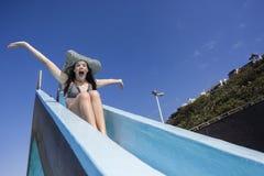 Mädchen-Pool-Dia-Sommer Stockfotos