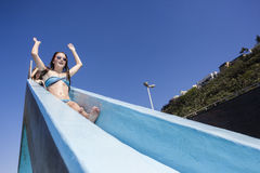 Mädchen-Pool-Dia-Sommer Lizenzfreies Stockbild