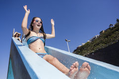 Mädchen-Pool-Dia-Sommer-Spaß Lizenzfreies Stockfoto