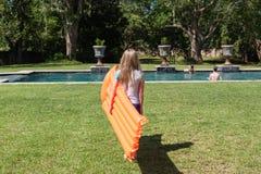 Mädchen-Pool Luft-Matt Stockfotos