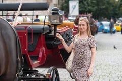 Mädchen in Prag und im Kampfwagen Stockbilder