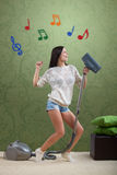 Mädchen räumt den Raum auf lizenzfreie stockfotos