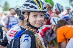 Mädchen-Radfahrer in einem Sturzhelm, stockfoto