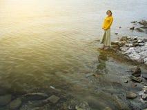 Mädchen am Rand des Meeres bleibt mit Kopieraum Lizenzfreies Stockbild