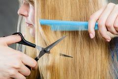 Mädchen reduziert ihr Haar Lizenzfreie Stockfotos