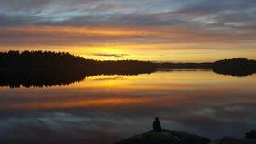 Mädchen am reflektierenden See, Muskan lizenzfreies stockbild