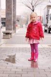 Mädchen am regnerischen Tag im Frühjahr Stockbild