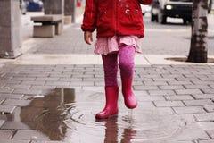 Mädchen am regnerischen Tag im Frühjahr Lizenzfreie Stockfotografie