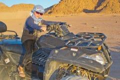 Mädchen reist die Wüste Stockfotografie