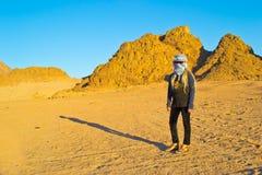 Mädchen reist die Wüste Lizenzfreie Stockfotografie