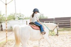 Mädchen-Reiten an der Ranch lizenzfreies stockfoto