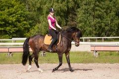 Mädchen reitet ihr Pferd Stockfoto