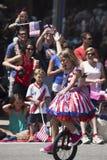 Mädchen reitet Unicycle während am 4. Juli, Unabhängigkeitstag-Parade, Tellurid, Colorado, USA Stockbilder