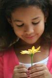 Mädchen-riechende Blumen Stockfotos
