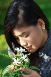 Mädchen-riechende Blumen Stockbild