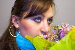 Mädchen riecht bouqet Stockfotos