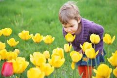 Mädchen riecht Tulpe lizenzfreie stockfotografie