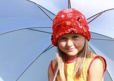 Mädchen in Rotem und in Gelbem mit weißem Regenschirm Stockfotos