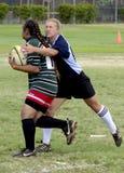Mädchen-Rugby-Versuch stockfotografie