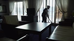 Mädchen säubert den Boden mit Staubsauger im modernen Hotel stock video footage