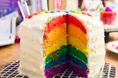Mädchen ` s überlagerter Regenbogen-Geburtstags-Kuchen Lizenzfreie Stockbilder